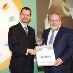 Gold βραβείο στην κατηγορία Top Industrial Company παραλαμβάνει ο κ. Δημήτρης Δέμος, Αντιπρόεδρος της φαρμακευτικής DEMO ΑΒΕΕ από τον κ. Γεώργιο Τοσούνη, Σύμβουλο ΟΕΥ Α' & Διευθυντή Β8 Δ/νσης Επιχειρηματικής Ανάπτυξης, Υπουργείο Εξωτερικών