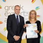 Gold βραβείο στην κατηγορία Top Export Assistance Company παραλαμβάνει κα Εύη Πασσά, Διευθύντρια Συναλλακτικής Τραπεζικής Ομίλου ΕΘΝΙΚΗ ΤΡΑΠΕΖΑ ΤΗΣ ΕΛΛΑΔΟΣ Α.Ε. από τον κ. Τζανέτο Καραντζή, Πρόεδρο της Ενωσης Διπλωματικών Υπαλλήλων Οικονομικών και Εμπορικών Υποθέσεων